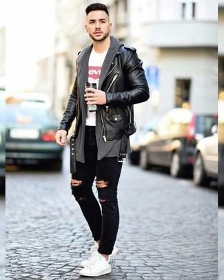 Cómo combinar: vaqueros pitillo desgastados negros, camiseta con cuello circular estampada en blanco y rojo, cárdigan abierto en gris oscuro, chaqueta motera de cuero negra