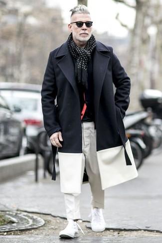 Cómo combinar: pantalón chino blanco, camiseta con cuello circular negra, cárdigan negro, abrigo largo en negro y blanco