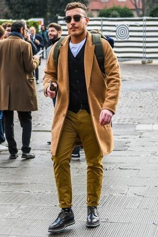 Cómo combinar: pantalón chino mostaza, camiseta con cuello circular blanca, cárdigan negro, abrigo largo marrón claro