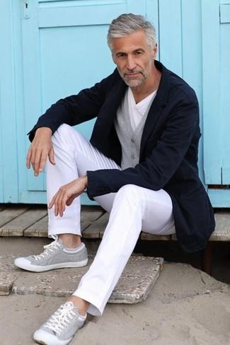 Cómo combinar: pantalón chino blanco, camiseta con cuello circular blanca, cárdigan gris, blazer azul marino