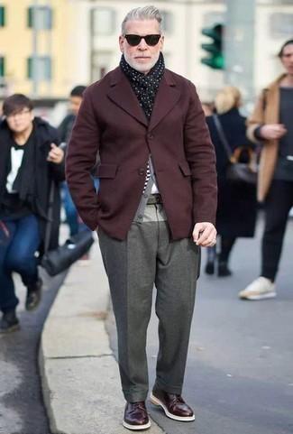 Combinar un blazer burdeos: Algo tan simple como optar por un blazer burdeos y un pantalón de vestir de lana gris puede distinguirte de la multitud. Zapatos derby de cuero burdeos son una sencilla forma de complementar tu atuendo.