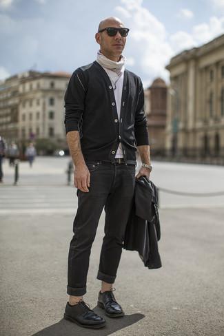 Cómo combinar: vaqueros negros, camiseta con cuello circular blanca, cárdigan negro, chaqueta motera de cuero negra