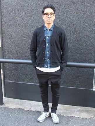 Combinar un cárdigan azul marino: Ponte un cárdigan azul marino y un pantalón chino negro para una vestimenta cómoda que queda muy bien junta. ¿Quieres elegir un zapato informal? Usa un par de deportivas celestes para el día.