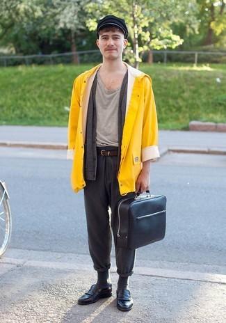 Cómo combinar: pantalón chino de lana en gris oscuro, camiseta con cuello circular gris, cárdigan en gris oscuro, chubasquero amarillo