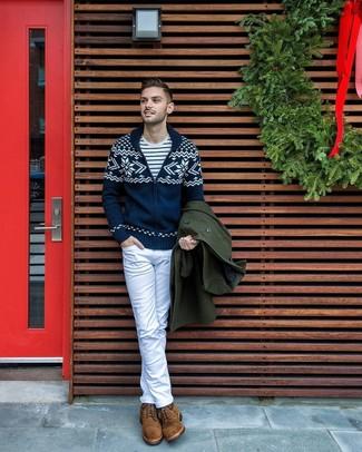 Cómo combinar: vaqueros blancos, camiseta con cuello circular de rayas horizontales en blanco y azul marino, cárdigan con cuello chal de grecas alpinos azul marino, abrigo largo verde oscuro