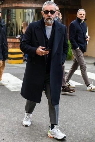 Combinar unas gafas de sol negras: Usa un abrigo largo azul marino y unas gafas de sol negras para un look agradable de fin de semana. ¿Quieres elegir un zapato informal? Complementa tu atuendo con deportivas blancas para el día.