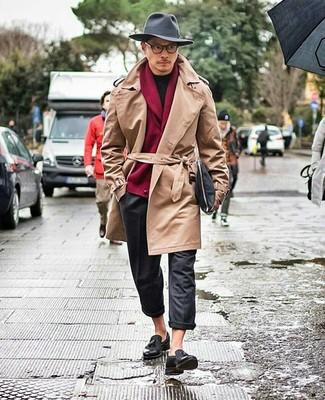 Combinar una gabardina marrón claro: Empareja una gabardina marrón claro junto a un pantalón chino de lana en gris oscuro para crear un estilo informal elegante. Con el calzado, sé más clásico y opta por un par de mocasín con borlas de cuero negro.