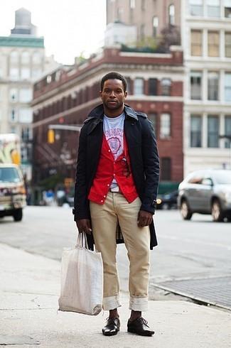 Cómo combinar: pantalón chino marrón claro, camiseta con cuello circular estampada en blanco y rojo, cárdigan rojo, gabardina negra