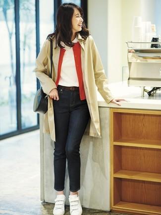 Cómo combinar: vaqueros negros, camiseta con cuello circular blanca, cárdigan rojo, gabardina marrón claro