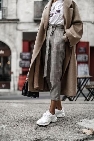 Cómo combinar: pantalón de pinzas a cuadros gris, camiseta con cuello circular estampada blanca, cárdigan largo marrón claro, abrigo marrón claro