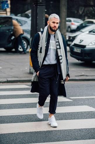 Combinar un pantalón chino azul marino en invierno 2020: Equípate un abrigo largo azul marino junto a un pantalón chino azul marino para después del trabajo. ¿Quieres elegir un zapato informal? Haz deportivas blancas tu calzado para el día. ¡Nos gusta el look! Es una elección bellísima para el invierno.