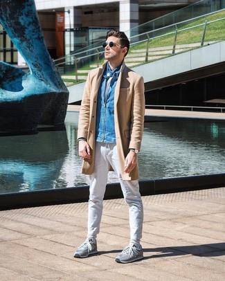 Cómo combinar: pantalón chino blanco, camiseta con cuello circular blanca, cazadora de aviador vaquera azul, abrigo largo marrón claro