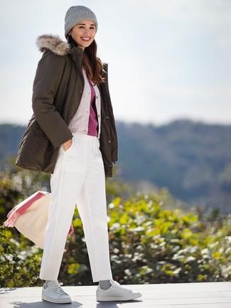 Cómo combinar: pantalón chino blanco, camiseta con cuello circular roja, cazadora de aviador de seda en beige, parka verde oliva
