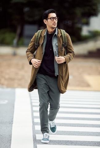 Combinar una cazadora harrington con un pantalón chino: Intenta combinar una cazadora harrington con un pantalón chino para un look diario sin parecer demasiado arreglada. Zapatillas altas de lona en verde azulado añadirán un nuevo toque a un estilo que de lo contrario es clásico.