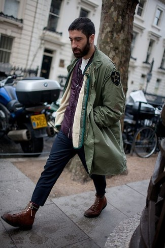 Combinar un pantalón chino azul marino en invierno 2020: Equípate una parka verde oliva con un pantalón chino azul marino para lidiar sin esfuerzo con lo que sea que te traiga el día. ¿Te sientes valiente? Completa tu atuendo con botas casual de cuero en marrón oscuro. Es un atuendo ideal para el invierno que nos encanta.