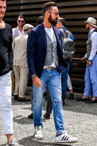 Combinar un blazer azul marino: Intenta ponerse un blazer azul marino y unos vaqueros desgastados azules para conseguir una apariencia relajada pero elegante. Tenis de cuero en blanco y negro son una opción atractiva para completar este atuendo.