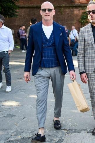 Combinar un blazer con un mocasín con borlas: Casa un blazer con un pantalón de vestir gris para rebosar clase y sofisticación. Un par de mocasín con borlas se integra perfectamente con diversos looks.