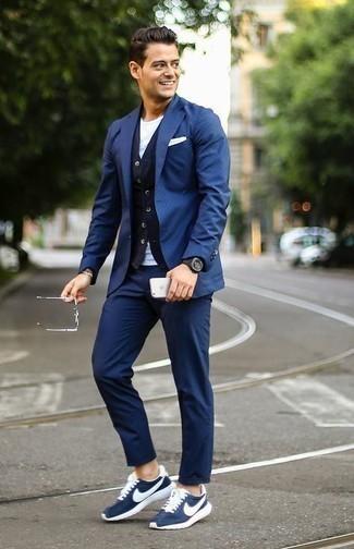 Combinar un pañuelo de bolsillo blanco: Emparejar un blazer azul con un pañuelo de bolsillo blanco es una opción incomparable para el fin de semana. Deportivas en azul marino y blanco son una opción atractiva para completar este atuendo.