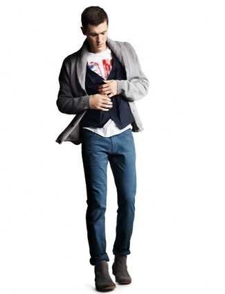 Cómo combinar: pantalón chino azul marino, camiseta con cuello circular estampada en blanco y rojo, chaleco de vestir de algodón azul marino, cárdigan con cuello chal gris