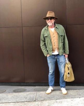 Cómo combinar: vaqueros desgastados azules, camiseta con cuello circular blanca, chaleco de vestir marrón claro, chaqueta campo verde