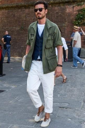 Combinar una chaqueta: Empareja una chaqueta con unos vaqueros blancos para un look diario sin parecer demasiado arreglada. Tenis de lona celestes son una opción inigualable para completar este atuendo.