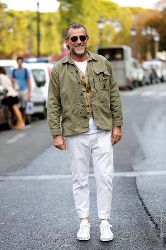 Cómo combinar: pantalón chino blanco, camiseta con cuello circular blanca, chaleco de vestir marrón claro, chaqueta militar verde oliva