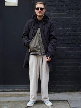 Combinar una parka negra: Casa una parka negra junto a un pantalón chino de pana blanco para conseguir una apariencia relajada pero elegante. Tenis de lona celestes son una opción grandiosa para completar este atuendo.