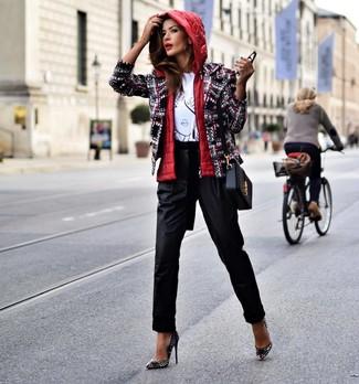 Cómo combinar: pantalón de pinzas negro, camiseta con cuello circular estampada en blanco y negro, chaqueta de tweed en multicolor, chaqueta sin mangas roja