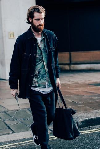 Cómo combinar: pantalón de chándal negro, camiseta con cuello circular blanca, chaqueta estilo camisa de camuflaje verde oliva, chaqueta estilo camisa vaquera azul marino
