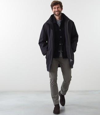 Combinar unos botines chelsea de ante en marrón oscuro: Considera emparejar un chubasquero negro junto a un pantalón chino gris para un look diario sin parecer demasiado arreglada. ¿Te sientes valiente? Haz botines chelsea de ante en marrón oscuro tu calzado.