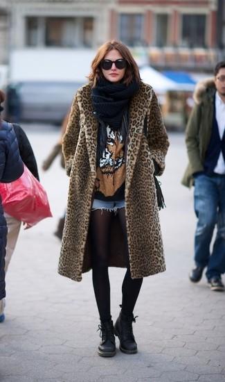 Cómo combinar: pantalones cortos vaqueros celestes, camiseta con cuello circular estampada negra, chaqueta motera de cuero negra, abrigo de piel de leopardo marrón claro