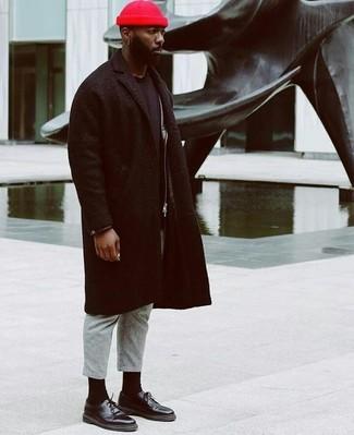 Cómo combinar: pantalón de vestir de lana gris, camiseta con cuello circular negra, chaqueta motera de cuero negra, abrigo largo negro