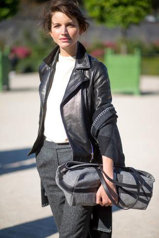 Combinar una bolsa tote de lana en gris oscuro: Ponte una chaqueta motera de cuero negra y una bolsa tote de lana en gris oscuro transmitirán una vibra libre y relajada.