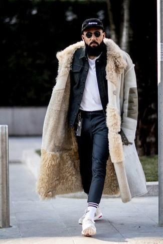 Cómo combinar: pantalón de vestir negro, camiseta con cuello circular blanca, chaqueta vaquera negra, abrigo de piel de oveja en beige