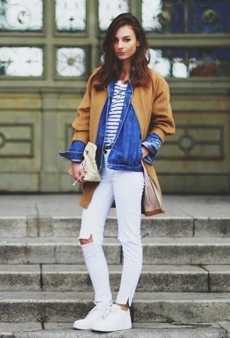Cómo combinar: vaqueros pitillo desgastados blancos, camiseta con cuello circular de rayas horizontales en blanco y azul marino, chaqueta vaquera azul, abrigo marrón claro