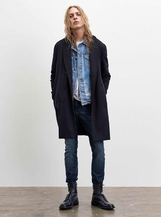 Cómo combinar: vaqueros azul marino, camiseta con cuello circular blanca, chaqueta vaquera celeste, abrigo largo azul marino