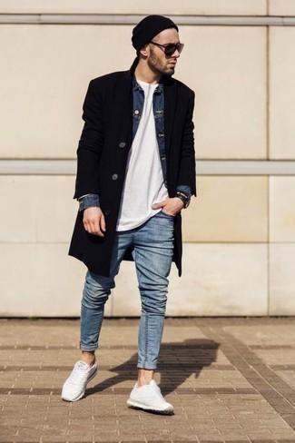 Outfits hombres en otoño 2020: Considera emparejar un abrigo largo negro junto a unos vaqueros celestes para lograr un look de vestir pero no muy formal. Mezcle diferentes estilos con deportivas blancas. Una solución apropriada para tus jornadas de otoño.