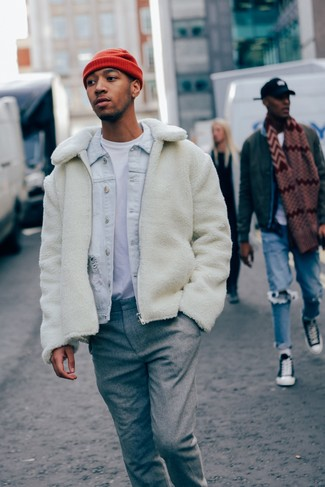 Cómo combinar: pantalón de vestir de lana gris, camiseta con cuello circular blanca, chaqueta vaquera celeste, cazadora de aviador de forro polar blanca