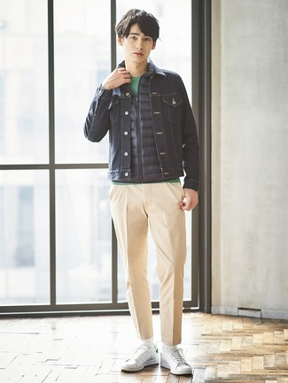 Cómo combinar: pantalón chino marrón claro, camiseta con cuello circular verde, chaqueta vaquera azul marino, chaleco de abrigo azul marino