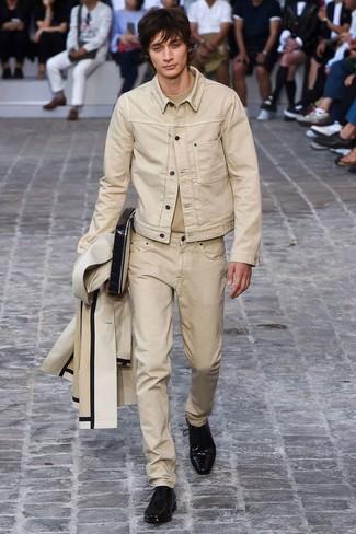 Cómo combinar: vaqueros en beige, camiseta con cuello circular en beige, chaqueta vaquera en beige, chubasquero en beige