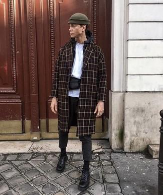 Cómo combinar: pantalón chino de lana en gris oscuro, camiseta con cuello circular blanca, chubasquero negro, abrigo largo a cuadros negro