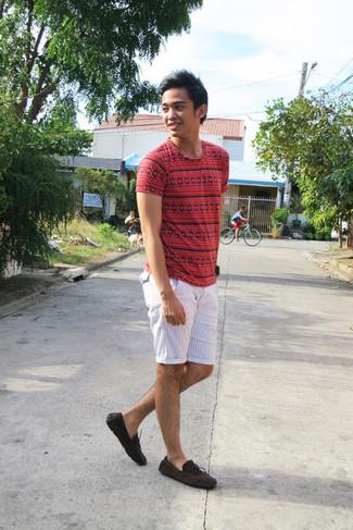Cómo combinar: camiseta con cuello circular con estampado geométrico roja, pantalones cortos de rayas verticales blancos, náuticos de ante en marrón oscuro