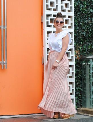 Cómo combinar: camiseta con cuello circular con volante blanca, falda larga plisada rosada, sandalias con cuña de cuero marrón claro