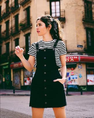 Combinar una camiseta con cuello circular de rayas horizontales en blanco y negro: Utiliza una camiseta con cuello circular de rayas horizontales en blanco y negro y un pichi vaquero negro para un look agradable de fin de semana.