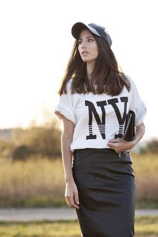 Equípate una camiseta con cuello circular junto a una falda lápiz de cuero negra para un almuerzo en domingo con amigos.