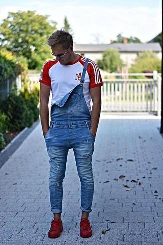 Cómo combinar: camiseta con cuello circular en blanco y rojo, peto vaquero azul, tenis de cuero rojos