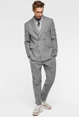 Combinar una camisa de vestir gris: Haz de una camisa de vestir gris y un traje de rayas verticales gris tu atuendo para una apariencia clásica y elegante. ¿Quieres elegir un zapato informal? Completa tu atuendo con tenis de cuero blancos para el día.