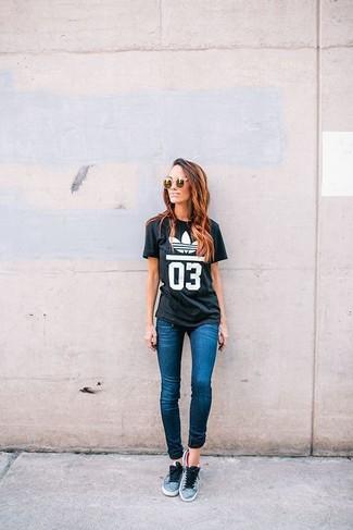 Una camiseta con cuello circular estampada en negro y blanco y unas gafas de sol naranjas son una gran fórmula de vestimenta para tener en tu clóset. Tenis grises son una sencilla forma de complementar tu atuendo.