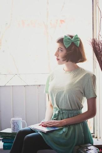 Una camiseta con cuello circular en verde menta y un corbatín son tu atuendo para salir los días de descanso.