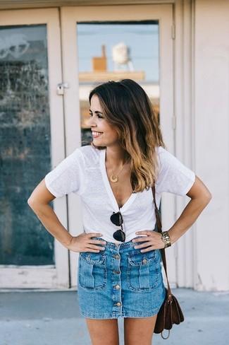 emparejar una camiseta con cuello circular blanca y una falda con botones es una opcin cmoda